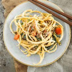 Dieses würzige Pfannengericht kommt ohne schwere Kohlenhydrate aus - Nudeln werden durch würzige Spiralen aus Pastinaken ersetzt.