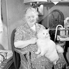 In 1947, Loran Smith photographed a blind woman and her seeing-eye cat for LIFE magazine. | In 1947 This Lady Had A Seeing Eye Cat