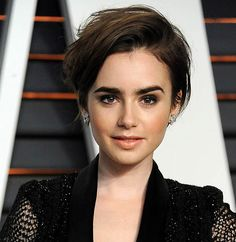 Lily Collins com corte longer pixie.