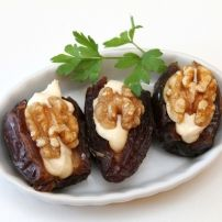 Dadels zijn van nature erg zoet. Behalve dat de dadel erg lekker is om zo te eten, is deze perfect te verwerken als zoetmiddel. Zo kun je bijvoorbeeld eerst de....