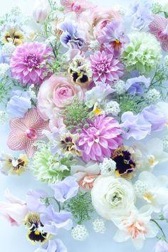 ダリアやパンジー、カーネーションなど、大きさも形も違う様々な花の絶妙なコンビネーション。淡い紫やグリーン、白の色合いがとても洗練された印象です。