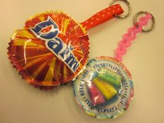 Avaimenperiä karkkipaperista Hobbies And Crafts, Crafts For Kids, Fused Plastic, Candy Wrappers, Easy Sewing Projects, Birthday Candles, Upcycle, Christmas Ornaments, Holiday Decor