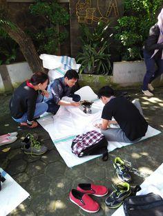 Proses Membatik di Halaman Depan Showroom Griya Batik Mas Picnic Blanket, Outdoor Blanket, Showroom, Fashion Showroom, Picnic Quilt