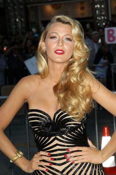 Blake Lively vestido negro y beige tubo labios rojos cabello rubio ...