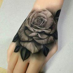Tatuajes de rosas en la mano