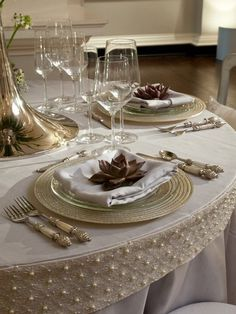 **Jaynes Cozy Corner** the table cloth is stunning Elegant Table Settings, Beautiful Table Settings, Setting Table, Deco Table Noel, Raindrops And Roses, Decoration Table, Küchen Design, Dinner Table, Table Linens