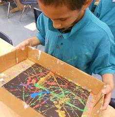 Action Paintings! Paar klodders verf in een bak op een zwart papier. In de doos laat je de kinderen een paar knikkers rollen en zie een waar kunstwerk