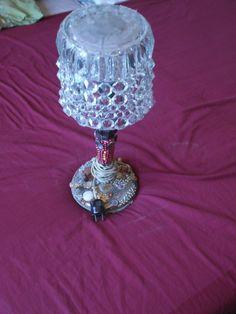 jako kryt posloužila naštípnutá váza a na ní skleněné ozdoby z rozbitého lustru