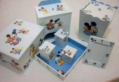 Kit higiene Bebê - Mickey Baby <br> <br>Kit contendo 06 peças: Porta Fraldas, Bandeja, 03 potes (PMG), Lixeira com tampa, Porta Retrato 10x15, Farmácia com bandeja e Porta Maternidade (cenário sem vidro). <br> <br>Pode-se acrescentar Abajur, Lembrancinha de Nascimento e Porta Documentos. <br> Fazemos por encomenda, consulte opções. Os produtos podem ser vendidos separadamente.