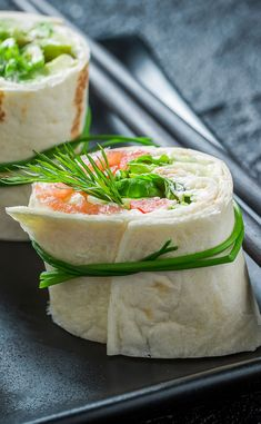 Wrap with smoked salmon and uncooked greens Tea Party Sandwiches, Wrap Sandwiches, Easy Delicious Recipes, Yummy Food, Healthy Recipes, Salmon And Shrimp, Salmon Wrap, Ceviche, My Favorite Food