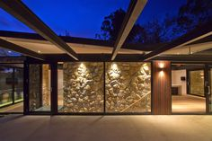 The North Warrandyte House by Brisbane Architects Alexandra Buchanan is a contemporary rural bushfire house in North Warrandyte, Melbourne. Featuring a butterfly roof, drystone walls & glazed Brisbane Architects, Australia House, Melbourne Australia, Butterfly Roof, Country Modern Home, Rural Retreats, Melbourne House, Architectural Section, Construction