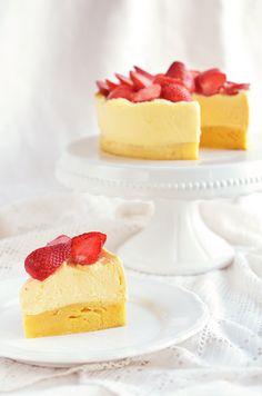 Citromkrémes blondie torta eperrel – éljenek a szőkék! Mascarpone Cake, Hazelnut Cake, Mousse Cake, Cake Tins, Lemon Curd, Cake Art, Blondies, Melting Chocolate, Beautiful Cakes