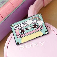 Expresa tu amor por los 90 con este pin en pasteles y en forma de cassette…