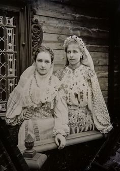 Princess Marie of Romania with lady in waiting (?) Pss Marie of Romania with a lady in waiting (?) both in typical romanian folk dresses I love Queen Marie of Romania! So glad I stumbled upon this photo of her in traditional folk dress, its beautiful.