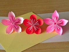 写真:折り紙で作った桜、梅、桃の花。