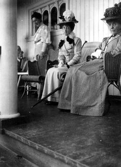 Family listening (and watching) to the radio Spring Provincetown, Massachusetts. Old Photos, Vintage Photos, Maud Of Wales, Provincetown Massachusetts, Edwardian Fashion, Edwardian Era, Vintage Fashion, Grover Cleveland, King Edward Vii