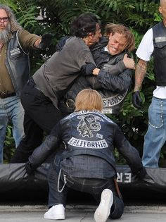 #CharlieHunnam #JaxTeller #DieGemmaDiePlease let Nero tell Jax what Gemma did to his dad first!! Charlie Hunnam shoots a fight scene on the set of Sons Of Anarchy final season!!