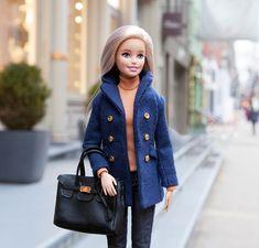 Barbie walking around Barbie E Ken, Barbie Mode, Barbie Doll House, Mattel Barbie, Barbie Dress, Barbie Clothes, Barbie Fashionista Dolls, Barbie Collector, Barbie Friends
