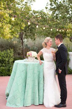 La Tavola Fine Linen Rental: Bubbly Emerald | Photography: Amy & Jordan Photography,