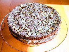 """Dette er den tradisjonelle """"Budapestrullen (mørk)"""" laget som en rund kake i stedet. Et greit alternativ ved de anledninger hvor du heller vil servere en rund kake, eller dersom du rett og slett synes det er litt vrient å rulle sammen en rullekake med kremfyll."""