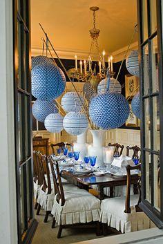 boules en papier blanc bleu, décoration en papier blanc bleu, salon moderne