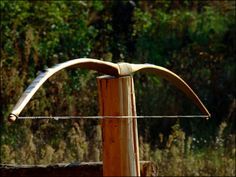 How to Make Bows, Crossbows and Their Paraphernalia: Guides on making bows, crossbows, arrows and quivers. Many DIY guides to bows and crossbows. Bow And Arrow Diy, Diy Bow, Wood Carving Designs, Wood Carving Patterns, Homemade Bows, Bow Wood, Types Of Bows, Black Cherry Wood, Archery Bows
