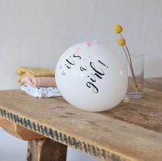 Het geslacht bekend maken na de 20 weken echo is ook super leuk met de witte ballonnen It's a Girl. Bestel ze nu bij Twee Ons Geluk.