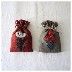 いいね!972件、コメント6件 ― YUMIKO HIGUCHIさん(@yumikohiguchi)のInstagramアカウント: 「. 「WOOL STITCH」(マガジンランド刊)より . 懐かしの巾着。 . . . #ウールステッチ #woolstitch #embroidery #刺繍 #刺しゅう #刺繍糸…」