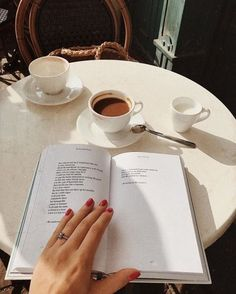 coffee and reading at an outdoor cafe Coffee Shop Aesthetic, Book Aesthetic, Beige Aesthetic, Foto Top, Wedding Nails For Bride, Coffee And Books, Coffee Reading, Coffee Photography, Film Photography