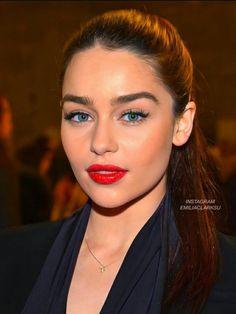 Emilia Clarke, Best Kisses, Mother Of Dragons, English Actresses, Celebrity Makeup, Prom Makeup, Red Lipsticks, Makeup Inspo, Daenerys Targaryen
