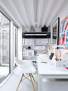 ¿Un mirador convertido en despacho? Toda una pared de ventanales de arriba abajo y muebles en blanco para hacerlo luminoso y vivo.