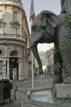 Fontaine des Éléphants appelée aussi la fontaine des 4 sans cul, Chambéry, Savoie, France