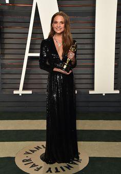 A ganhadora do Oscar de Melhor Atriz Coadjuvante Alicia Vikander apareceu a bordo de um outro Louis Vuitton - dessa vez com decote profundo. Será que esse está mais bonito que o que ela usou na cerimônia?