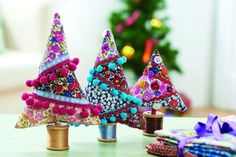 68 Ideas sewing crafts for christmas fabric scraps Tiny Christmas Trees, Bohemian Christmas, Classic Christmas Decorations, Christmas Fabric, Diy Christmas Ornaments, Xmas, Beaded Ornaments, Christmas Fashion, Christmas Projects