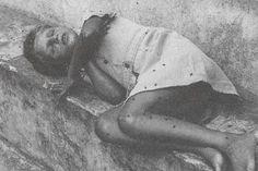 HOLOCAUSTO BRASILEIRO - Sivio Savat, ex-menino de Barbacena, fotografado em 1979, confundido com um cadáver. Foto: Napoleão Xavier Gontijo Coelho