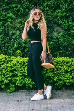 30 looks para quem ama tênis branco. Look all black, todo preto, top cropped de gola alta, calça de alfaiataria preta
