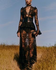 Alexander McQueen Resort 2019 London Collection - Vogue The complete Alexander McQueen Resort 2019 fashion show now on Vogue Runway. Haute Couture Style, Couture Mode, Couture Fashion, Runway Fashion, Cruise Fashion, Trendy Fashion, High Fashion, Fashion Looks, Fashion Outfits