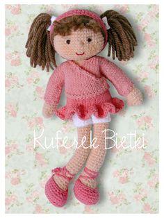 Mała baletnica, lalka na szydełku.  Lalka ubrana jest w spódniczkę i sweterek wykonane na drutach, białe majteczki oraz buciki. Brązowe wło...