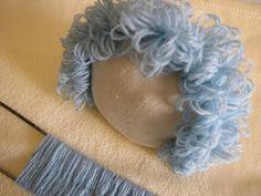 Crafty Sue: Como fazer o cabelo encaracolado boneca usando um Hairpin LoomCrafty Sue: How to make doll's curly hair using a Hairpin Loom - awesome and easyCrafty Sue: tariffa Vieni i capelli ricci bambola con ONU Tornante LoomMaking and attaching dol Yarn Dolls, Knitted Dolls, Felt Dolls, Fabric Dolls, Crochet Dolls, Doll Wigs, Doll Hair, Crochet Doll Tutorial, Curly Hair Styles