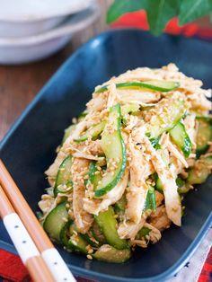 蒸し鶏きゅうりのごまだく♡中華サラダ【#作り置き #レンジ】 by Yuu 「写真がきれい」×「つくりやすい」×「美味しい」お料理と出会えるレシピサイト「Nadia | ナディア」プロの料理を無料で検索。実用的な節約簡単レシピからおもてなしレシピまで。有名レシピブロガーの料理動画も満載!お気に入りのレシピが保存できるSNS。 Asian Recipes, New Recipes, Cooking Recipes, Healthy Recipes, Curry Recipes, Veggie Rolls, Sushi, Star Food, Japanese Dishes