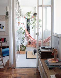 Nada como ter um espaço gostoso para relaxar em casa. Use muitas plantas e crie essa atmosfera. Mais em www.historiasdecasa.com.br #todacasatemumahistoria #varanda #decoração