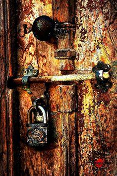 Closed door from Al Ras Ruman's old houses, Bahrain | ©Dennis DC