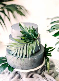 Grey wedding cake with palm leaves #weddingcake #weddingdessert