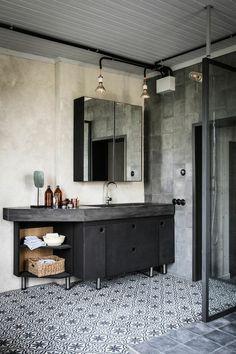 sol en mosaique blanc noir, meuble miroir mur beige , meubles noires dans la…