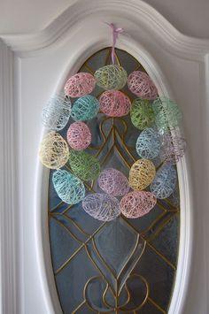 小さな風船に刺繍糸を巻きつけてボールを作り、輪になるように接着剤で貼り付けたら、ふんわりと軽さのあるリースの出来上がり。まんまるだけでなく、あえていびつな形に作るのも◎。