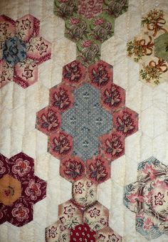Diamonds with Flowers (Losanges de fleurs) was made by Dominique Husson of Arvert, France. It was inspired by an 1840 American quilt. Hexagon Patchwork, Hexagon Pattern, Hexagon Quilting, Petra Prins, American Quilt, Antique Quilts, English Paper Piecing, Quilting Projects, Quilting Designs