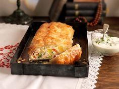 Gemüsestrudel mit Kräutersauce Spanakopita, Kraut, Fresh Rolls, Food And Drink, Cheese, Ethnic Recipes, Anna, Kitchens, Brunch Recipes