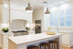 Celebrity Kitchens with Caesarstone Die Hamptons, Hamptons House, Hamptons Decor, Kitchen Colors, Kitchen Decor, Kitchen Ideas, Celebrity Kitchens, Australian Interior Design, Shaker Style Doors