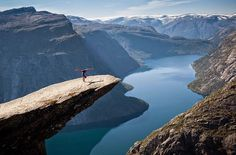 Trolltunga, Norwegia  Czytaj dalej na: http://viralowo.pl/artykul/14356-18-zdjec-na-przekor-smierci-pr.html13
