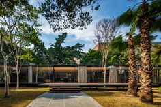 Glass pavilion amongst the gardens of São Paulo, Brazil constructed by Andrade Morettin Arquitetos Associados. Architecture Résidentielle, Tropical Architecture, Minimalist Architecture, Contemporary Architecture, Glass Pavilion, Garden Pavilion, Tropical Houses, Glass House, Maine House